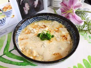 肉糜豆腐炖鸡蛋,加一点小葱点缀装饰,即可!非常美味且健康(如果觉得不够味,可以再淋少许生抽)
