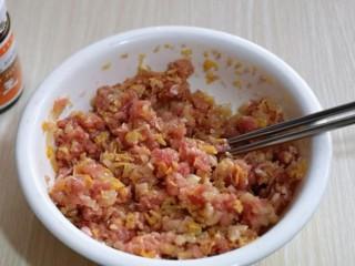 #猪里脊#酸菜猪肉馅饺子,将切碎的酸菜放入肉糜中,再次搅拌均匀。