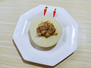 #猪里脊#酸菜猪肉馅饺子,可以包饺子啦!取一张饺子皮,放上肉馅。