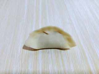 #猪里脊#酸菜猪肉馅饺子,再将两边捏好,可以根据个人喜欢捏饺子的形状。