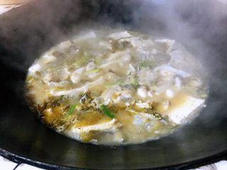 酸菜鱼#年年有鱼#,锅里放油炒香葱姜蒜辣椒花椒,下入鱼块炒一分钟。放入酸菜继续炒一分钟后加入足量开水,然后盖上盖子大火煮开,加入豆腐块中水火煮15分钟左右,撒上葱花盐。