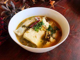 酸菜鱼#年年有鱼#,装碗,上面放香菜调味及点辍,很漂亮。