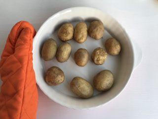 椒盐土豆仔,叮好的小土豆表皮微微变皱 (注意做好防烫工作)