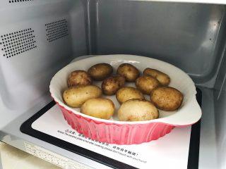 椒盐土豆仔,放入微波炉中火叮十五分钟左右(没有微波炉也可以用烤箱 或者蒸锅蒸到微微发软)