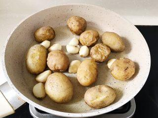 椒盐土豆仔,放入小土豆