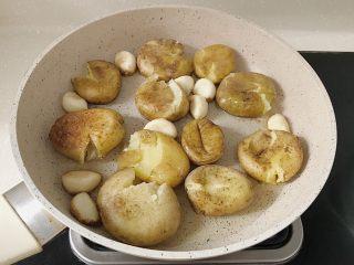 椒盐土豆仔,趁热用勺子或者铲子将小土豆稍微压扁