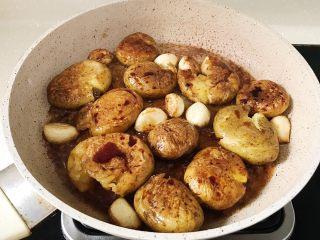 椒盐土豆仔,加入少量生抽 小火收汁入味