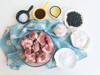 茶食之豆豉蒸排骨,食材准备:  肋排500克 大蒜1个 盐10克 白砂糖20克 料酒50ml 淀粉100克 色拉油50克 豆豉适量