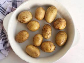 椒盐土豆仔,食材处理:  将小土豆洗干净后放入烤盘 加一点点清水(不用去皮)