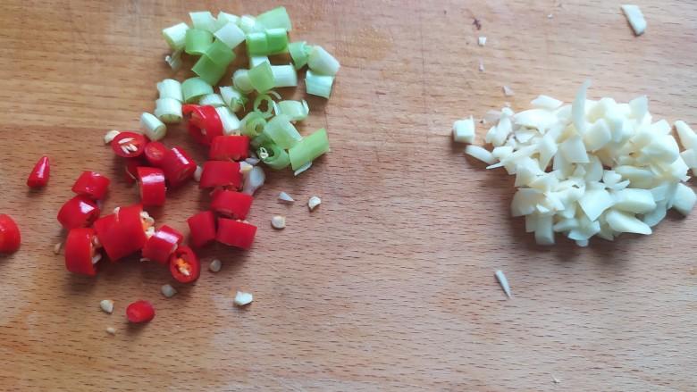 蒜蓉西葫芦,切葱花,蒜末,辣椒段