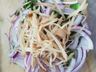 凉拌香菜洋葱,放一点咸菜(超市里有卖)