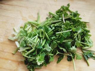 凉拌香菜洋葱,切小段