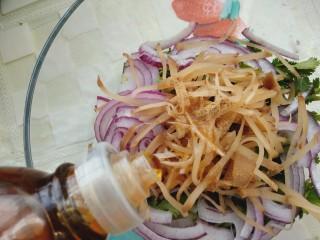凉拌香菜洋葱,适量的香油