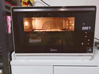 蔓越莓奶酥,美的S4—L281E蒸烤箱提前预热,上下火160度烘烤约18-20分钟