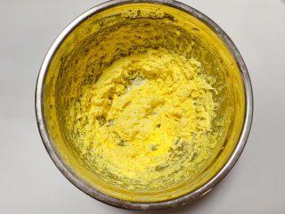 蔓越莓奶酥,黄油完全吸收蛋黄液,颜色慢慢略为浅色呈轻盈羽毛状