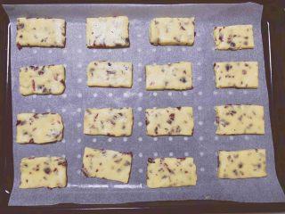 蔓越莓奶酥,铺上一张油纸,在面团上盖上保鲜膜,擀至1mm厚的长方形状