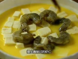 虾仁豆腐水蒸蛋,吹弹可破、鲜嫩无比说的就是它,摆上腌制过的虾仁。