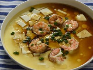 虾仁豆腐水蒸蛋,吹弹可破、鲜嫩无比说的就是它,水水嫩嫩的蒸蛋和豆腐加上Q弹紧实的虾仁,真的好好吃
