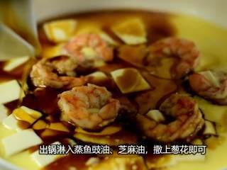 虾仁豆腐水蒸蛋,吹弹可破、鲜嫩无比说的就是它,出锅淋入蒸鱼鼓油、芝麻油,撒上葱花即可。