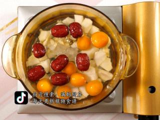 秋冬润肺止咳饮 金桔雪梨汤,将所有食材一起放入煮锅(水多放一些,避免烧干锅)