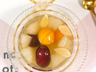 秋冬润肺止咳饮 金桔雪梨汤,晾到常温饮用;如果是给小宝宝喝,可以只喝汤。  润肺止咳,消痰降火。