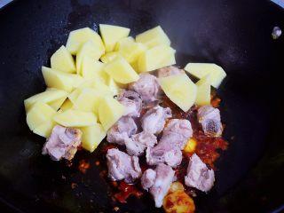 东北乱炖,加入排骨和土豆