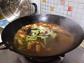 豆瓣酱千岛湖鱼头豆腐,时间到,加入青蒜的尾部白色部分,转大火,再煮2.3分钟