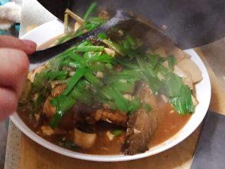 豆瓣酱千岛湖鱼头豆腐,最后加入青蒜的青色部分,稍微翻炒一下,即可,装盘