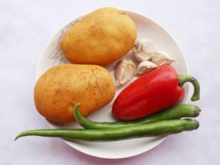 清清爽爽的酸辣土豆丝,准备材料:大土豆两个、青椒2个、大红椒半个、蒜粒适量。
