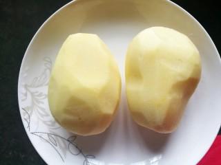 清清爽爽的酸辣土豆丝,土豆洗净去皮。
