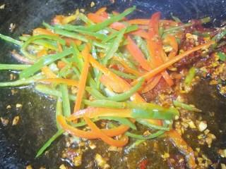 清清爽爽的酸辣土豆丝,加入辣椒翻炒。