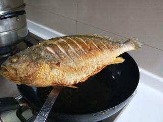 年年有鱼  红烧黄花鱼,捞出来控油。