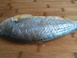 年年有鱼  红烧黄花鱼,在鱼身上划几刀。