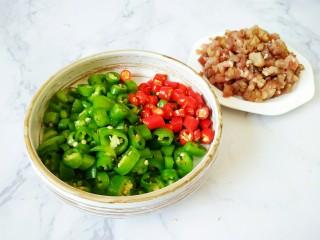 #猪年#辣子肉,所有辣椒切成小丁,肉切成肉末备用