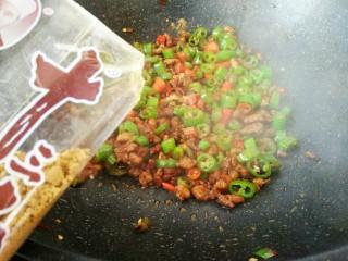 #猪年#辣子肉,继续炒均匀之后,出锅之前加适量的13香和食盐