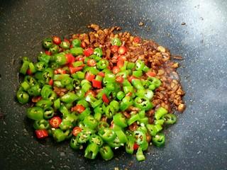 #猪年#辣子肉,肉末炒匀上色之后,会变得比较干一些,这个时候就可以把辣椒放进去