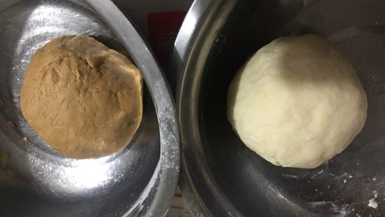 猫耳朵,红糖水和白糖水分别倒入低粉、中粉用筷子搅拌混合均匀,揉成两个面团