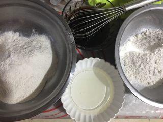 猫耳朵,称好材料备用,将泡打粉分别倒入面粉中混合均匀,白糖盐、红糖分别倒入热水中融化加入玉米油搅拌均匀
