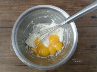 彩绘玫瑰蛋糕卷,加入5个蛋黄