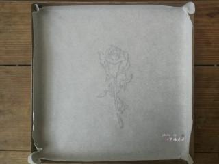 彩绘玫瑰蛋糕卷,将绘有玫瑰花的油纸反面朝上,铺在28*28cm的金盘内