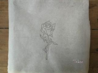 彩绘玫瑰蛋糕卷,在一张干净的油纸上用铅笔手绘或者拓印勾勒出一朵玫瑰花