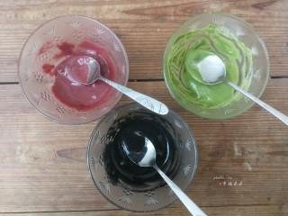 彩绘玫瑰蛋糕卷,搅拌均匀即可(抹茶粉面糊拌匀后感觉比较干,可以再加少许水调稀释些,以保证三种面糊浓稠度一致)