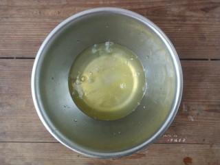 彩绘玫瑰蛋糕卷,蛋清中加入少许盐,开始用电动打蛋器打发