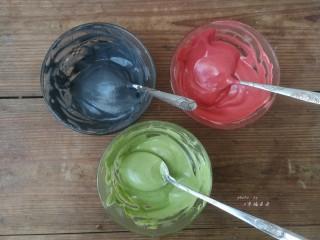 彩绘玫瑰蛋糕卷,将打发的蛋白霜分别舀出两勺放入步骤9拌好的三种颜色的面糊中,再分别翻拌均匀,此时开始180度预热烤箱