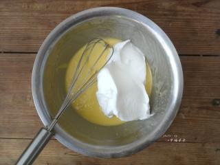 彩绘玫瑰蛋糕卷,剩余的蛋白霜取1/3入蛋黄糊盆中,用刮刀翻拌均匀