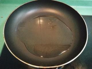 砂锅鱼头豆腐煲,取一个锅,放适量的油