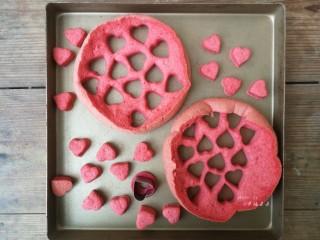 彩绘玫瑰蛋糕卷,蛋糕片晾凉过程中,可以准备夹心用的材料,我事先烤了一个红丝绒蛋糕,用爱心模具刻出若干个心型,如果不想用夹心可以省略此步,或者也可以用红色水果果肉刻出爱心造型作为夹心使用
