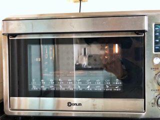 黑米杯子蛋糕,12、烤箱140度上下火预热好,放入模具烘烤28分钟后取出放凉备用。