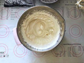 黑米杯子蛋糕,3、继续打均匀,有清晰的纹路。