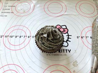 黑米杯子蛋糕,17、在放凉的杯子蛋糕表面装饰一下即可。